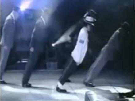 Động tác nghiêng 45 độ của Michael Jackson và vũ công khi biểu diễn.