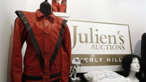 Chiếc áo vét đã trở thành biểu tượng quen thuộc của Michael Jackson - Ảnh: AP