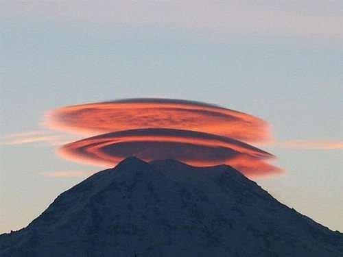 Đám mây bao phủ ngọn núi như một chiếc nón khổng lồ