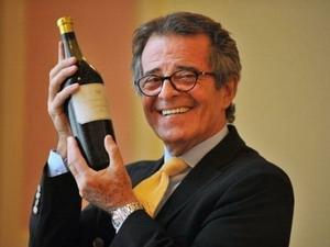Vẻ mặt vui mừng của ông Christian Vanneque sau khi sở hữu chái rượu đắt giá. (Nguồn: Internet)