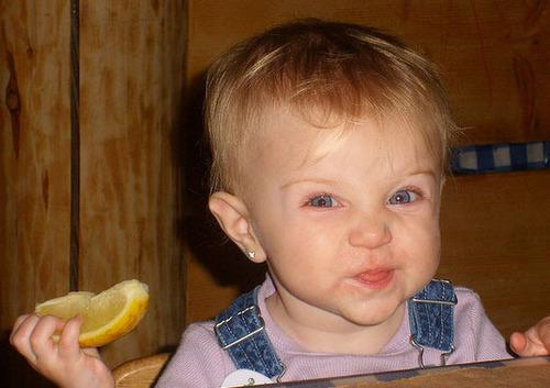 Hình ảnh ngộ nghĩnh của bé yêu lần đầu ... ăn chanh (12)