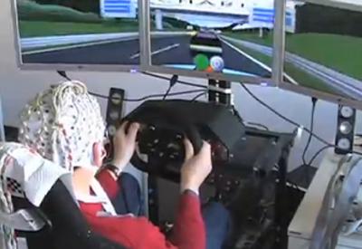Tình nguyện viên tham gia thử nghiệm dừng xe bằng ý nghĩ của Viện Công nghệ Berlin. Ảnh: Newscientist.