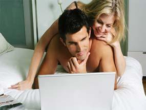 Vợ chồng trẻ ôm laptop nhiều hơn ôm nhau (ảnh minh họa)