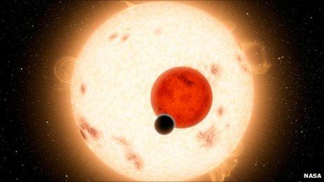 Ảnh minh họa hành tinh Kepler-16b (màu đen) xoay quanh 2 mặt trời.