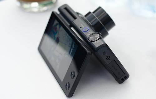 Samsung MV800 - Máy ảnh số compact đầu tiên có màn hình xoay 180 độ
