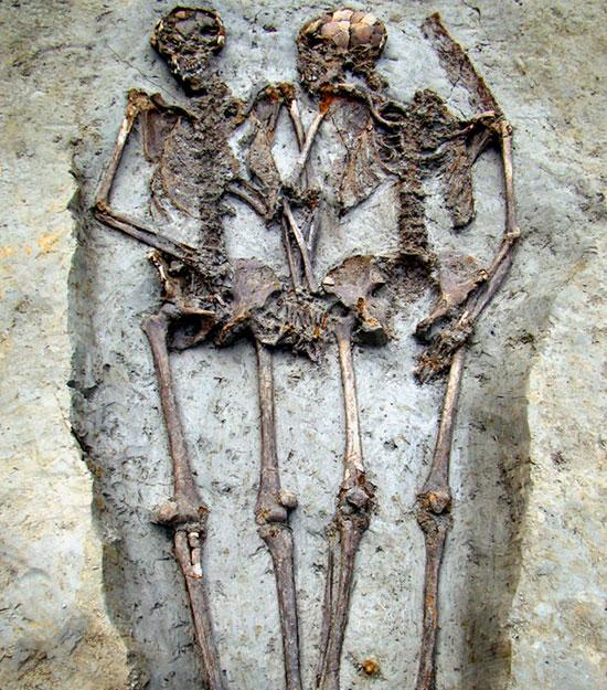 "Hai bộ hài cốt ""nắm tay"" nhau suốt 1.500 năm"