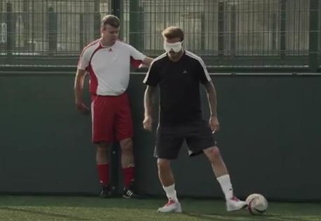[Video] David Beckham trổ tài bịt mắt sút bóng