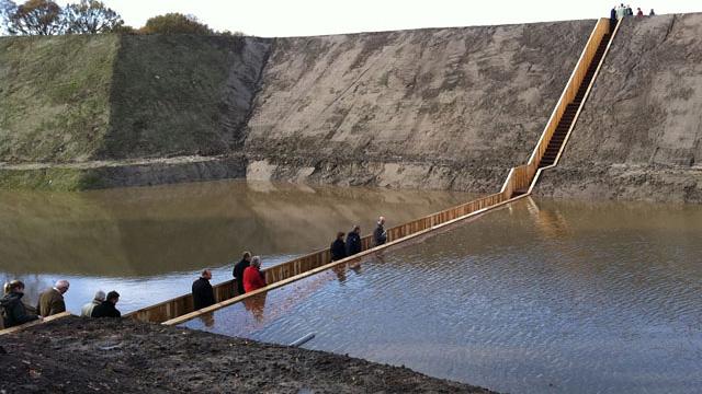 Cây cầu độc đáo... đi dưới mặt nước