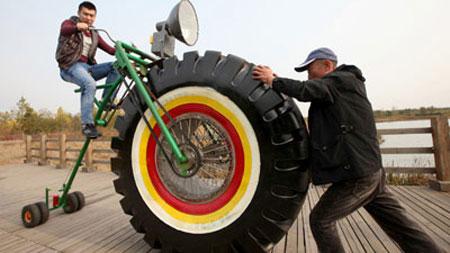 Chiếc xe đạp độc đáo với bánh trước khổng lồ