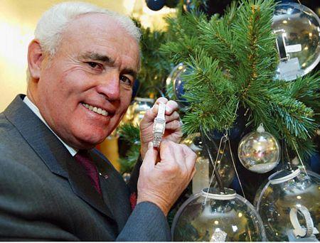 Cây thông Noel được trang trí đắt tiền nhất là cây thông được thắp sáng ngày 7/12/2002 tại câu lạc bộ Tsunamachi Misui, Minato-ku, Tokyo, Nhật Bản.