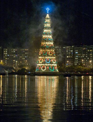 Cây thông Noel nổi trên mặt hồ Rodrigo de Freitas tại Rio De Janeiro, Brazil