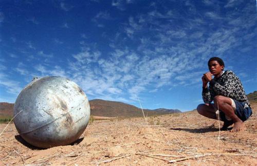 """Bí ẩn """"quả cầu vũ trụ"""" ở Namibia (3)"""