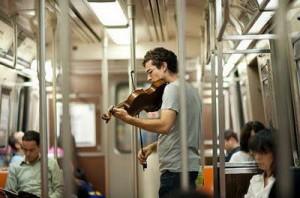 Câu chuyện về người nhạc công trong ga tàu điện ngầm