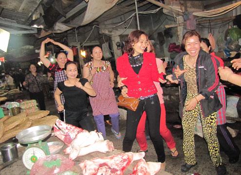 Từ hơn một năm nay, các dãy hàng bán thịt lợn ở chợ Bến Thủy biến thành sàn nhảy dã chiến. Ảnh: Nguyên Khoa.