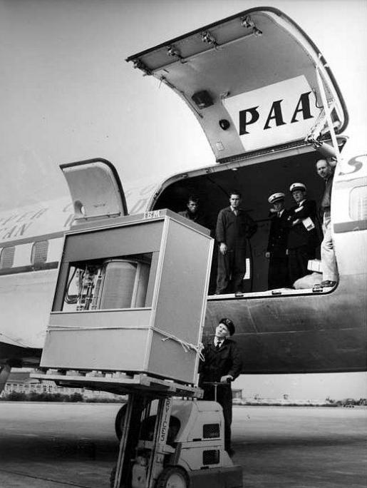 Ổ cứng 5MB nặng hơn 1 tấn thời 1956 của IBM