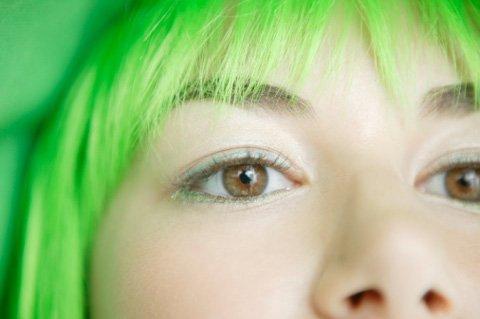 Tóc vàng biến thành xanh lá sau một đêm