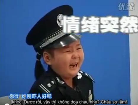 [Video] Cô cảnh sát nhí ... nhát như cáy