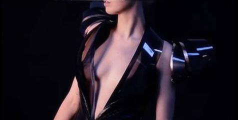 INTIMACY 2.0 - Chiếc váy càng gần càng... trong suốt