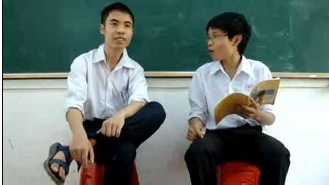 Xoay quanh các câu hỏi về kiến thức học đường cùng những lời trò chuyện hóm hỉnh, hai cậu học trò học lớp 11 đã khiến không ít người bày tỏ sự thích thú khi được đăng tải trên mạng.