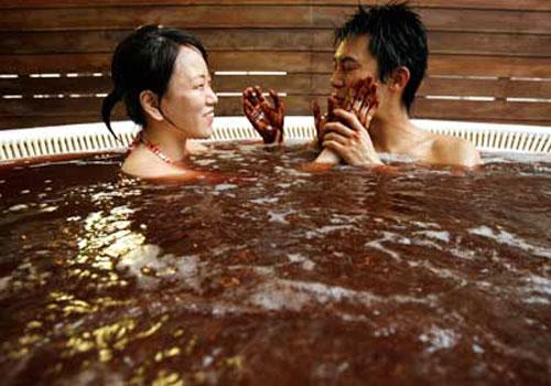 Ngày 14/2 ở Nhật Bản, chỉ có phụ nữ tặng hoa, quà, chocolate cho người yêu. Phụ nữ Nhật nổi tiếng là e thẹn và hay ngại ngùng, nên 14/2 là cơ hội để họ thể hiện tình yêu của mình.