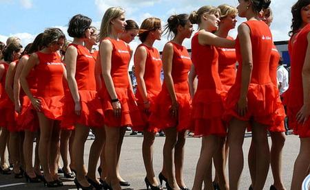 """Nam giới bị """"mất hồn"""" mỗi khi gặp phụ nữ mặc váy đỏ. (Ảnh: France 24)"""