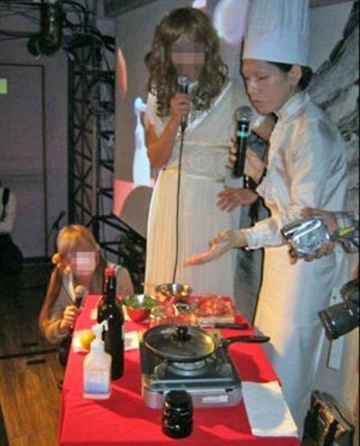 """Mao Sugiyama đang chuẩn bị món ăn phục vụ thực khách từ """"của quý"""" của mình."""
