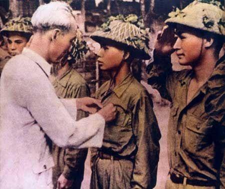 Bác Hồ gắn huy hiệu Chiến sĩ Điện Biên Phủ cho cán bộ chiến sĩ lập thành tích xuất sắc trong chiến dịch.