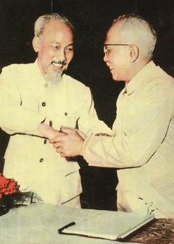 Chủ tịch Hồ Chí Minh chúc mừng cụ Tôn Đức Thắng được bầu làm Phó Chủ tịch nước tại kỳ họp thứ nhất Quốc hội khoá II (tháng 7/1960).