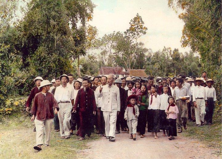 Bác Hồ về thăm quê Nam Đàn, Nghệ An (1957) trong niềm hân hoan của bà con chòm xóm