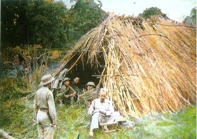 Bác Hồ trong Chiến dịch Biên Giới, năm 1950. Căn lều dựng tạm khi Người trực tiếp chỉ đạo chiến dịch Biên Giới năm 1950 (Nơi ở của Người di chuyển theo trận đánh, có khi chỉ là túp lều cỏ dựng tạm vài hôm)