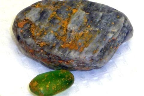 Những hòn đá bắt lửa được nhặt từ bãi biển ở Nam California. (Ảnh: AP)