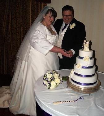 Cô dâu chú rể cắt bánh cưới