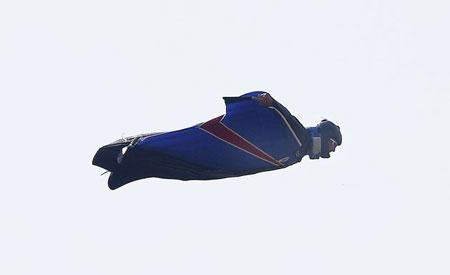Bộ cánh đặc biệt giúp người bay hạ cánh không cần dù