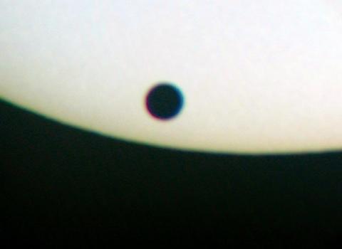Hình minh họa sao Kim đi ngang qua đĩa mặt trời. Ảnh: eso.org.