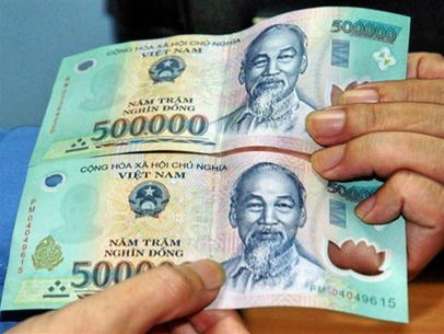 Tiền giả có thể phân biệt được bằng tay và mắt thường (ảnh minh họa).