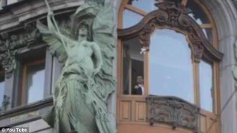 Triệu phú Nga gấp máy bay tiền ném qua cửa sổ