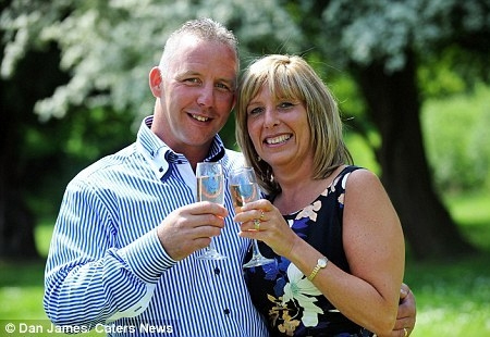 Cặp vợ chồng may mắn Alan và Kim. Ảnh: Dan James/Caters New