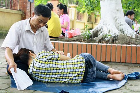 """Bức ảnh """"tình phụ tử chốn trường thi"""" đang được chia sẻ rầm rộ trên mạng. Ảnh: Phan Dương."""