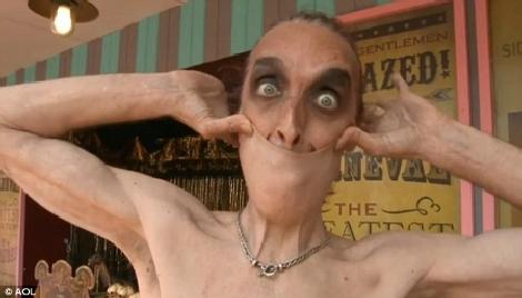 Người đàn ông có khả năng lấy da ở cằm...che miệng | Chuyện lạ (6)