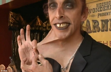 Người đàn ông có khả năng lấy da ở cằm...che miệng | Chuyện lạ (5)