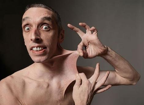 Người đàn ông có khả năng lấy da ở cằm...che miệng | Chuyện lạ (2)
