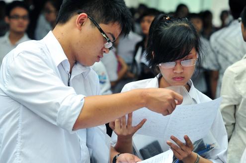 Thí sinh căng thẳng xem lại kết quả sau mỗi môn thi. Ảnh: Hoàng Hà