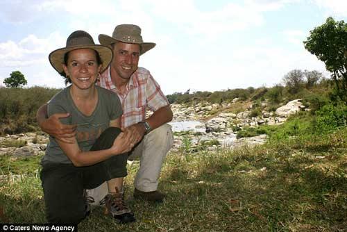 Vợ chồng nhiếp ảnh gia Cassio Lopes trong một lần du lịch ở Kenya.