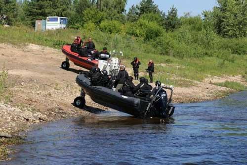 Xuồng máy vừa đi trên cạn, vừa đi dược dưới nước của An ninh Nga
