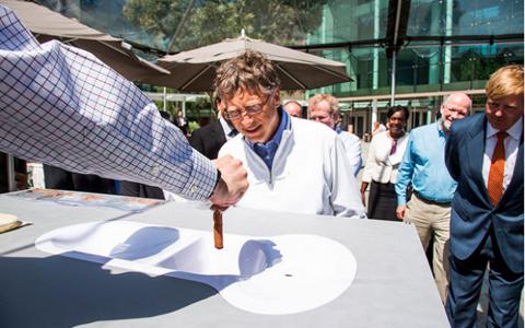 Bill Gates đang xem xét một bản thiết kế toilet. Ảnh: Mashable