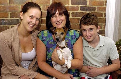 """Frankie đoàn tụ với gia đình người chủ sau khi đã trốn đi """"du lịch"""" tới London"""