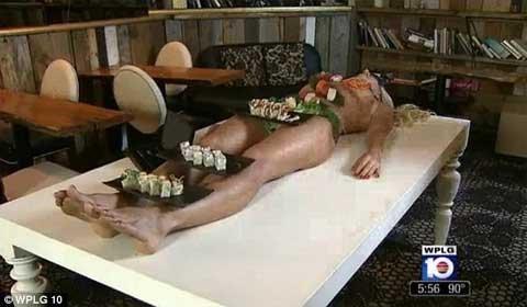 Ăn món sushi trên cơ thể khỏa thân với giá 500 USD | Chuyện lạ (2)
