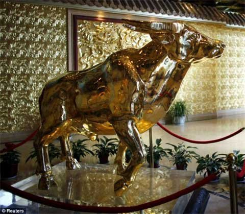 Con bò làm bằng 1 tấn vàng