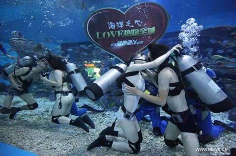 Hôn nhau dưới nước trong ngày Valentine châu Á (5)