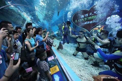 Hôn nhau dưới nước trong ngày Valentine châu Á (3)